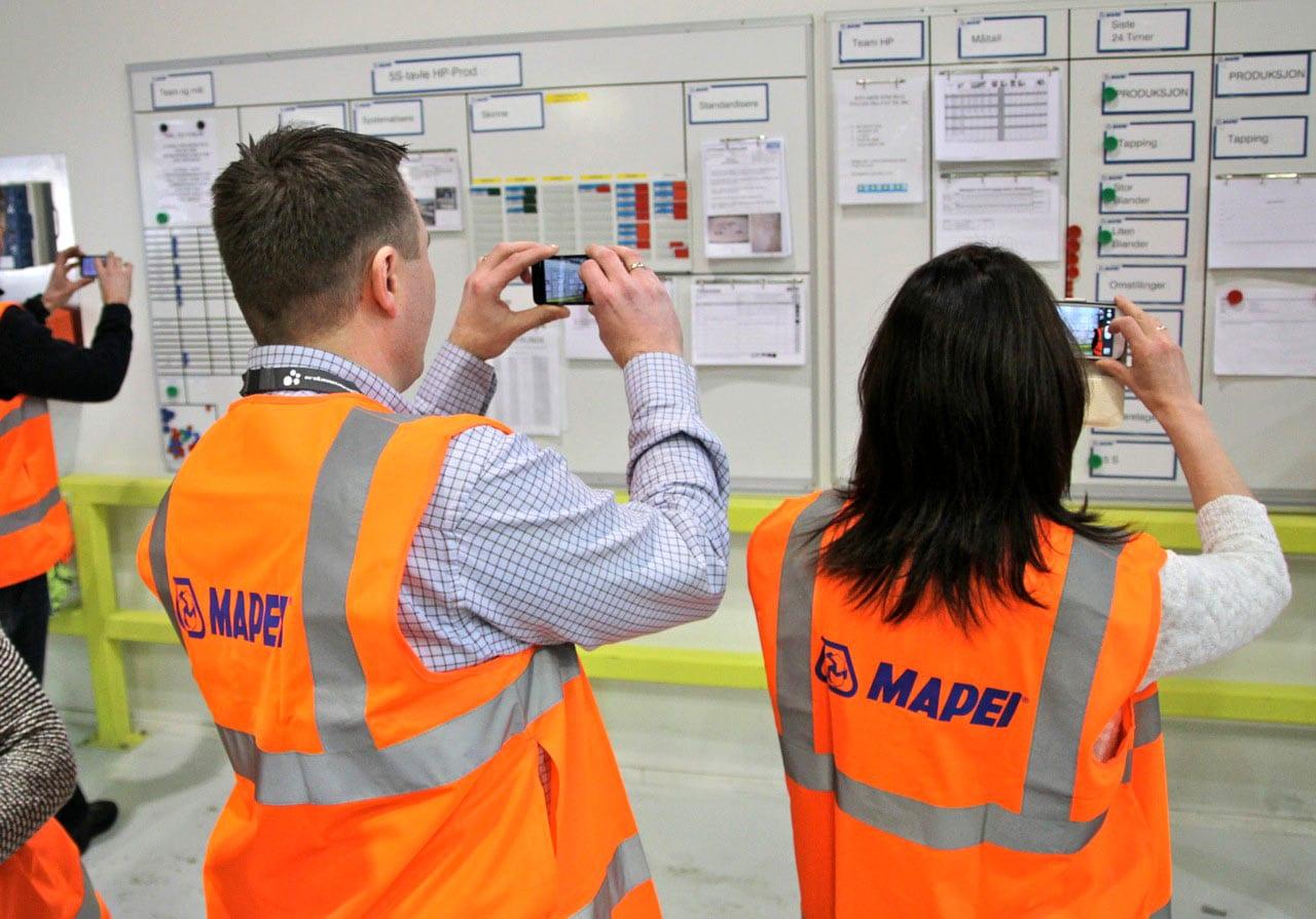 Mange av deltakerne benyttet anledningen til å ta bilder av leantavler og stille spørsmål til de ansatte under omvisningen hos Mapei.