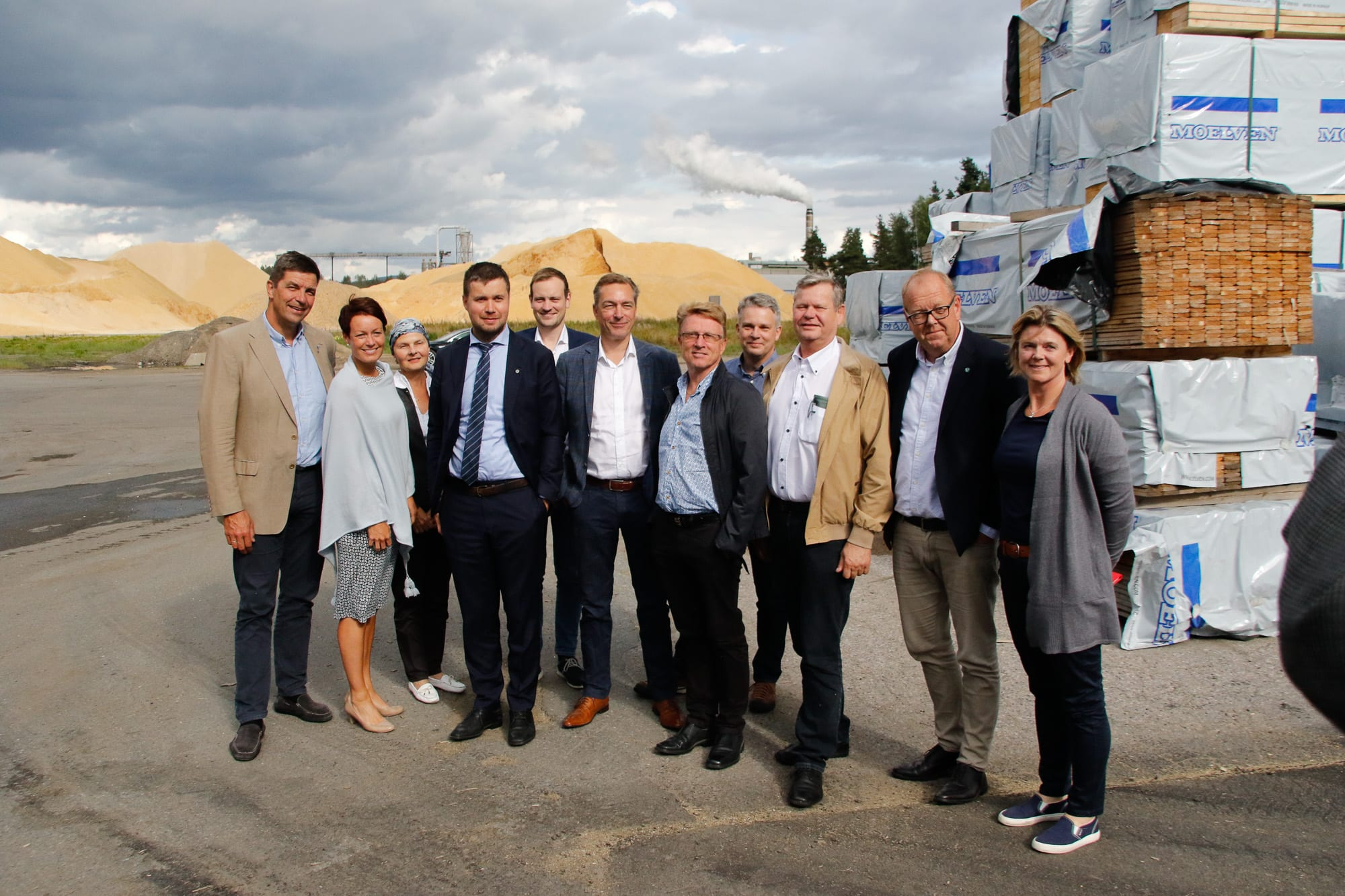 Her er deler av næringskomiteen på besøk hos Moelven i Våler.